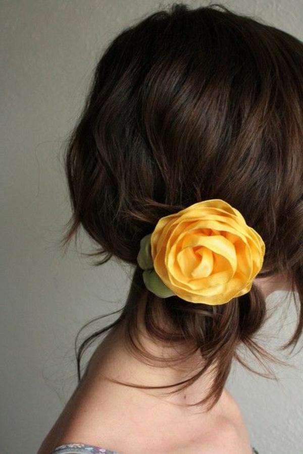 fleurs-dans-les-cheveux-brunette-fille-mode-coiffure