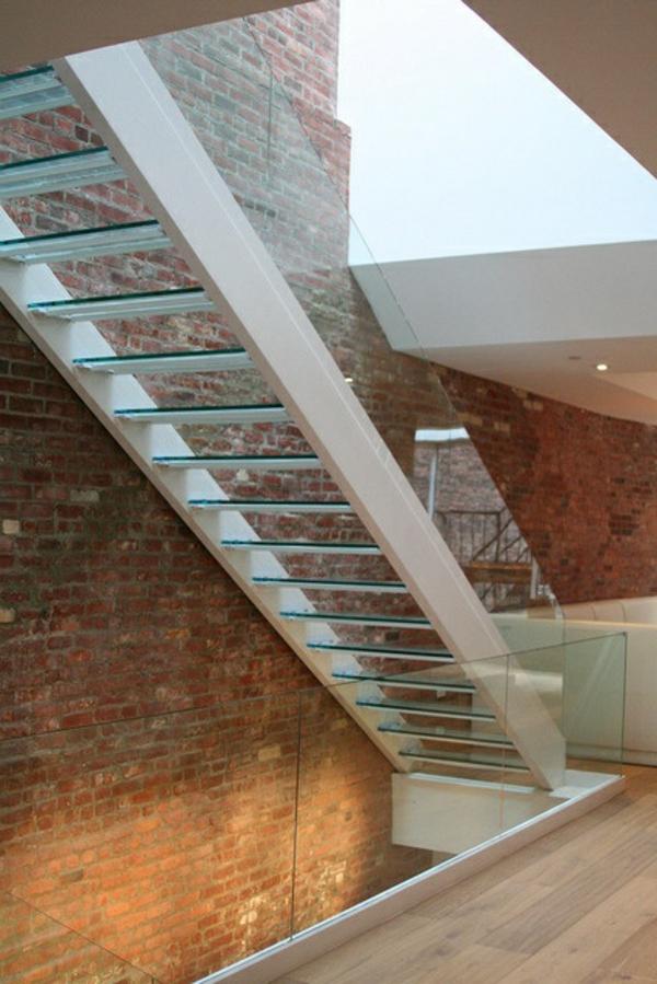 garde-corps-en-verre-design-minimaliste-d'escalier-et-mur-en-briques