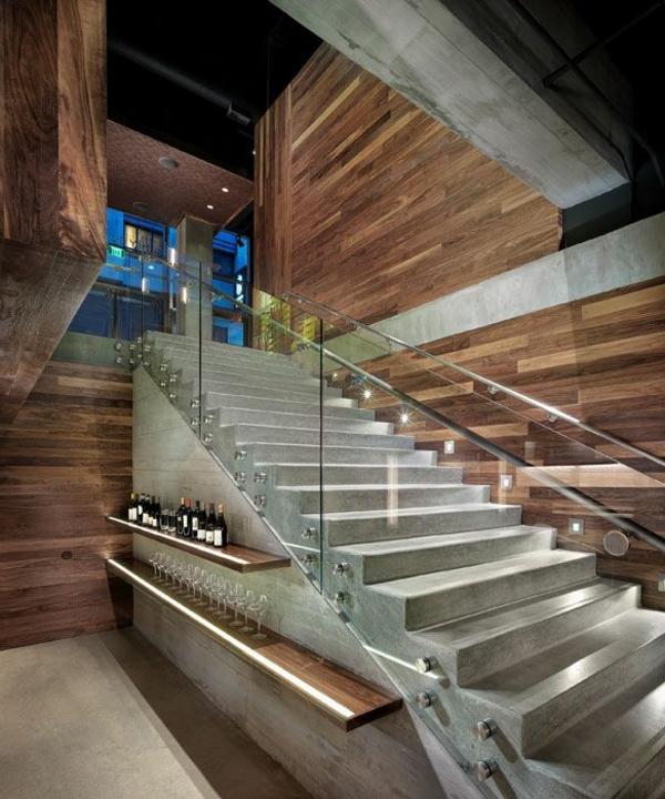 garde-corps-en-verre-escalier-en-béton-et-murs-en-bois