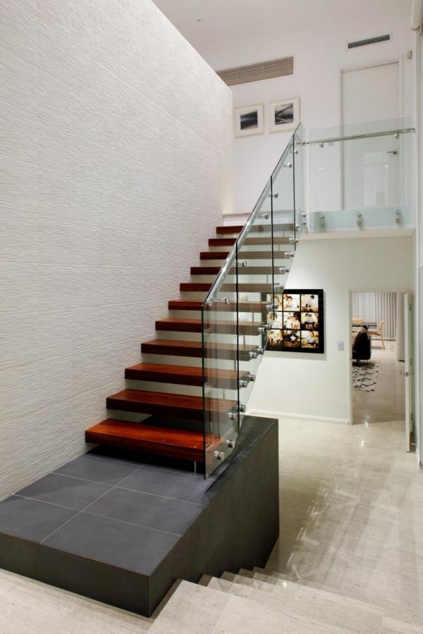 garde-corps-en-verre-et-escalier-flottant-en-bois