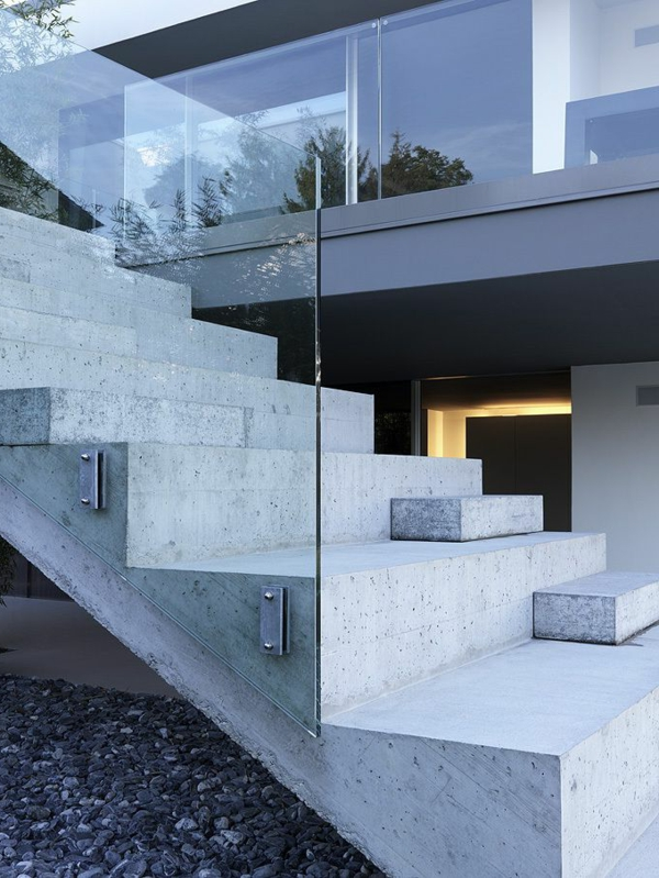 garde-corps-en-verre-et-un-escalier-en-béton