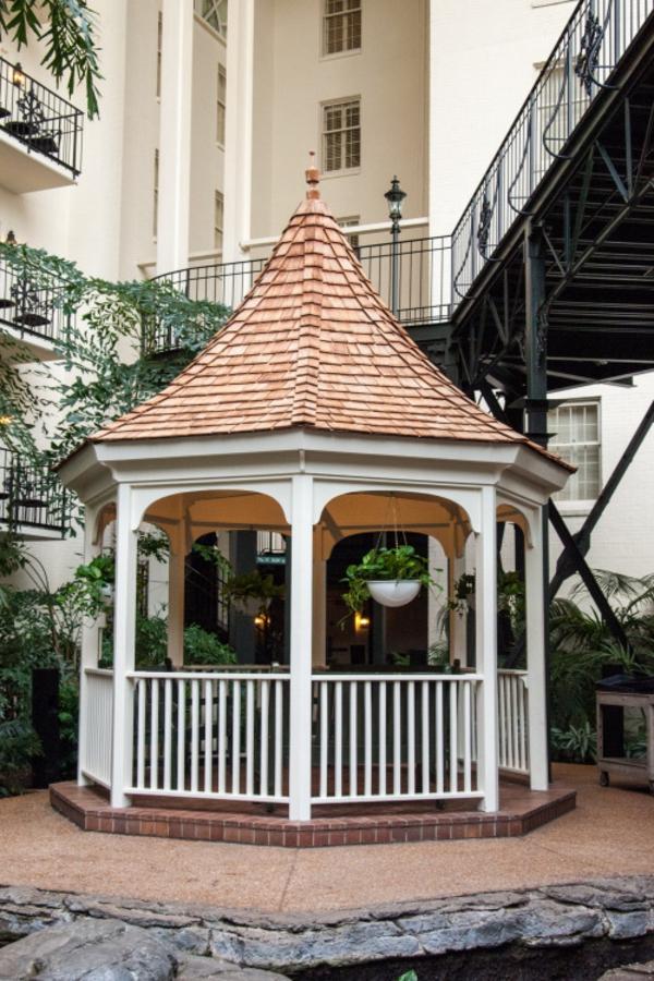 gloriette-bois-kiosque-de-jardin-en-bois-maison-de-luxe-cour