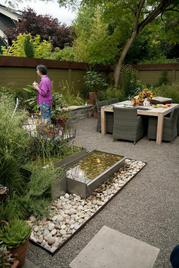 grande-table-de-jardin-déjeuner-jardin-petit-cailloux-décoratifs-blancs