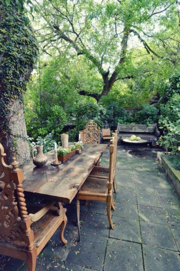 grandes-tables-de-jardin-en-bois-arbres-verts