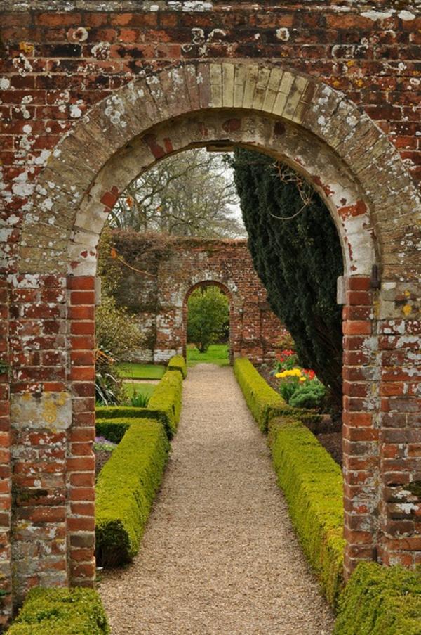 gravier-pour-allée-idée-jardin-moderne-vert