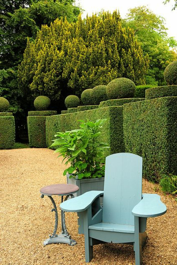graviers-jardin-chaise-en-bois-bleu