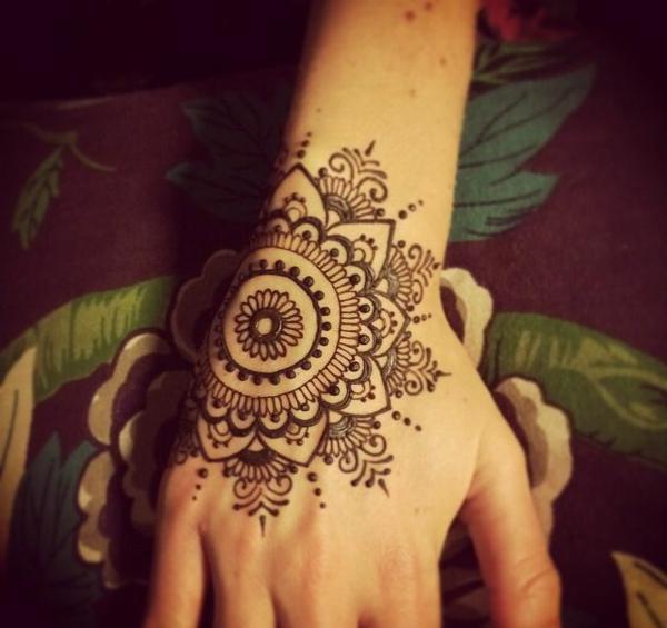 henné-cheveux-d-ailleurs-fleur-stylé