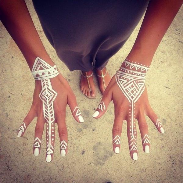henné-d-ailleurs-blanc-sur-les-mains