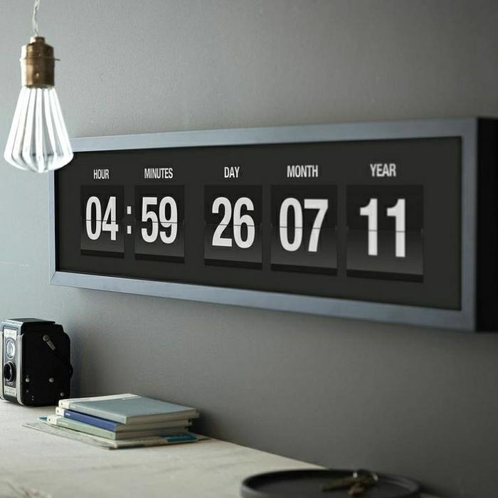 horloge-moderne-murale-éléctronique-mur-gris-meuble-en-bois