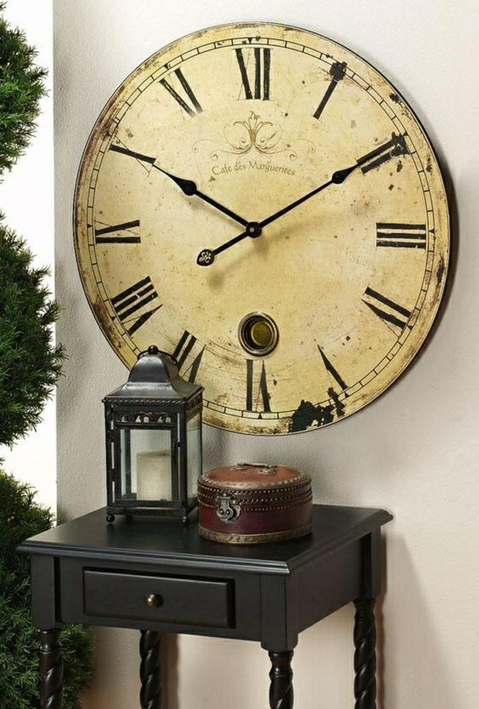 horloge-moderne-murale-de-style-rétro-meuble-en-bois-foncé-plante-verte