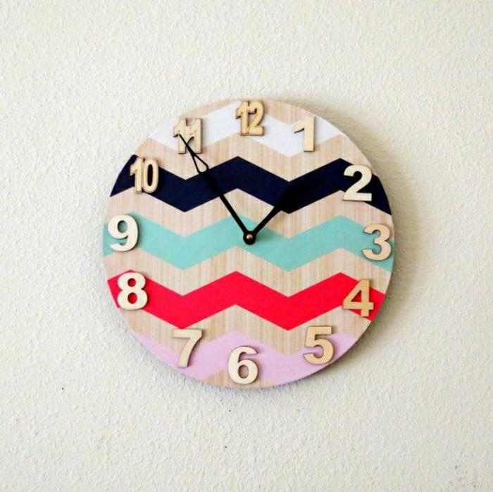 horloge-murale-dsign-coloré-rouge-bleu-blanc-rose