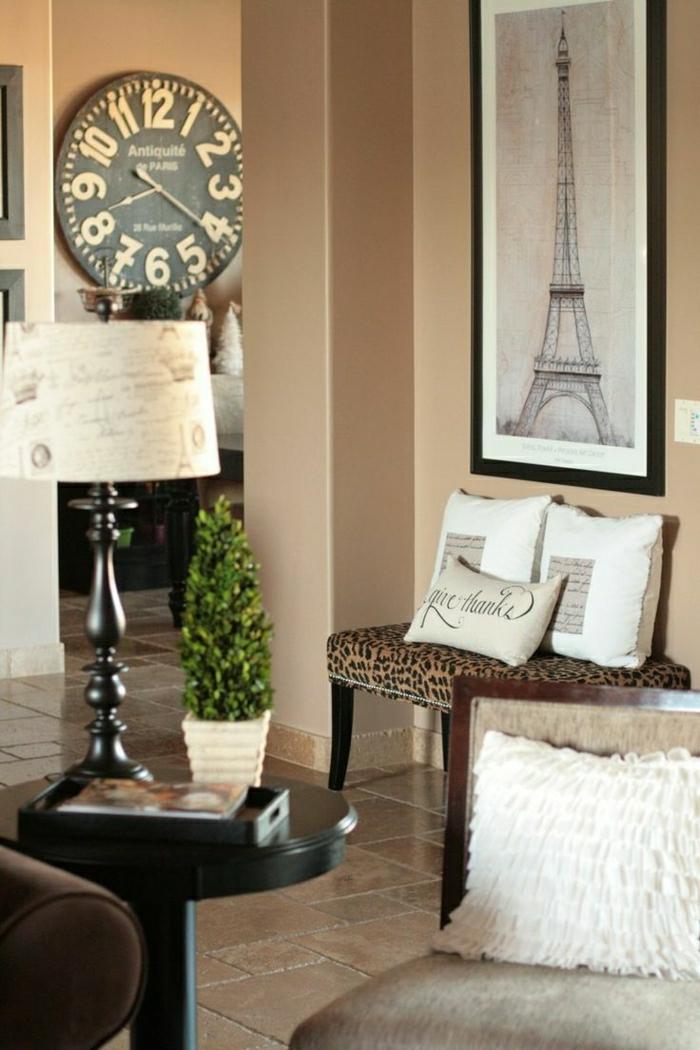 horloge-murale-lampe-de-chevet-blanche-tour-eiffel-salon-moderne-carrelage-beige