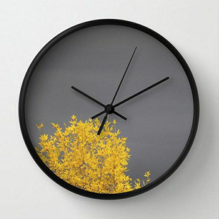idée-pour-une-pendule-murale-élégante-grande-mur-blanc.-gris-arbre-jaune