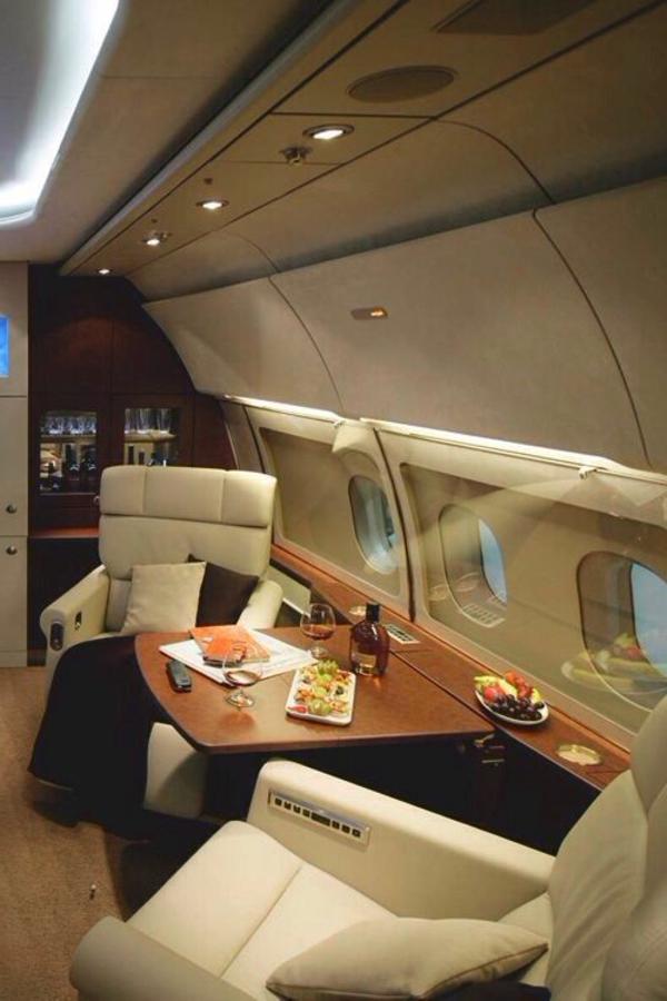 intérieur-de-luxe-avion-privé-canapé-cuir-beige