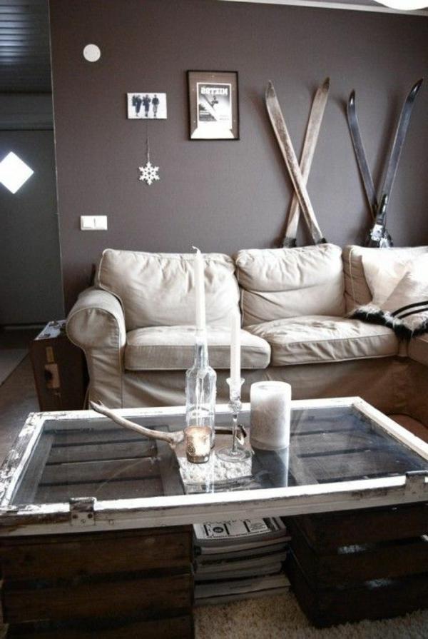 intérieur-insolite-déco-mur-ski-table-basse-en-palette-canapé-beige