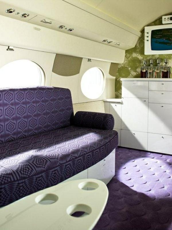 intérieur-jet-privé-avion-canapé-violet-tv