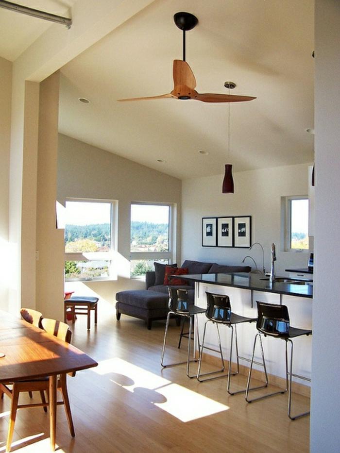 intérieur-moderne-cuisine-ventilateur-de-plafond-en-bois-sol-en-parquet-chaises-noirs-de-bar