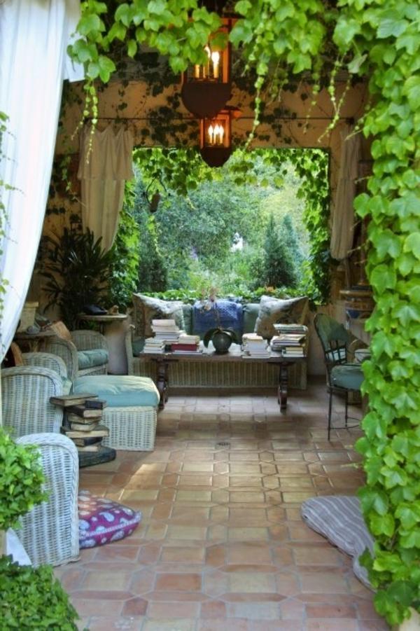 jardin-avec-lierre-coin-de-jardin-tables-de-jardin-coussins-décoratifs