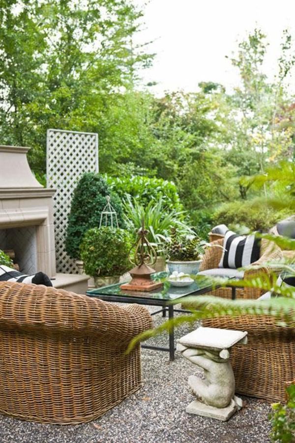 jardin-beau-extérieur-table-chaises-en-bois