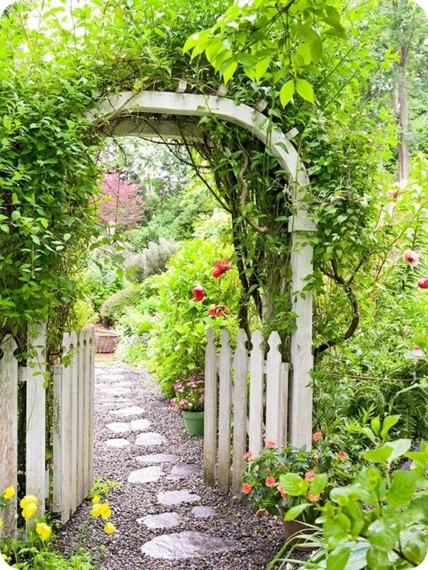 jardin-vert-alée-gravier-porte-en-bois