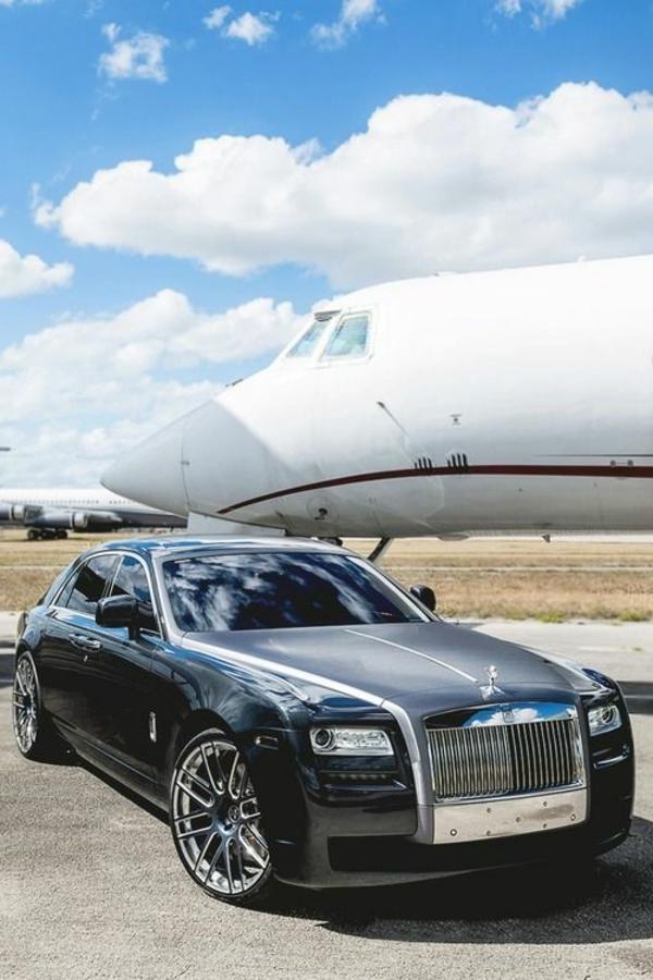 jet-privé-avec-voiture-de-luxe-noir