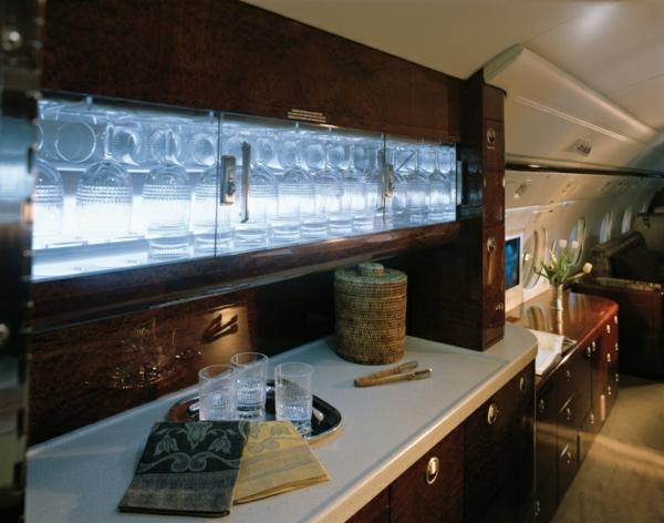 jet-privé-bar-intérieur-de-luxe-sol-parquet-fleurs