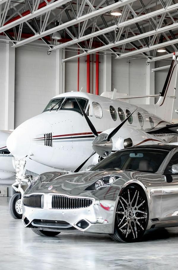 jet-privé-de-luxe-avec-voiture-grise-luxe