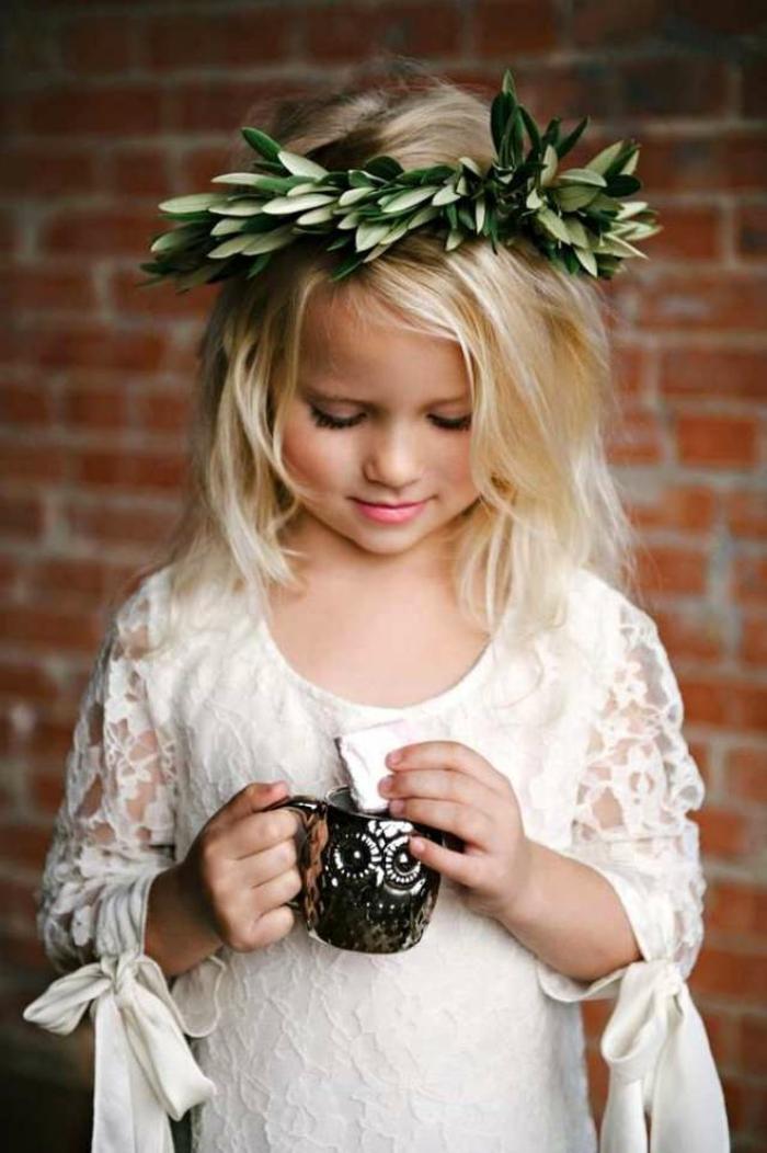 jolie-fille-demoiselle-d-honneur-la-robe-blanc-couronne-lavre