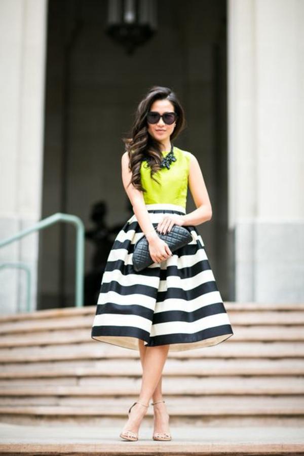 jupe-évasée-jupe-mi-longue-aux-rayures-blanc-noir-femme-lunettes-de-soleil