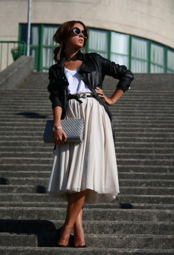 jupe-évasée-jupe-mi-longue-beige-femme-moderne -veste-en-cuir