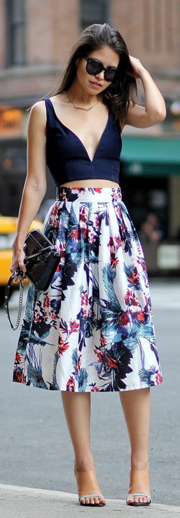jupe-évasée-jupe-mi-longue-coloré-fleurs-femme-mode-lunettes-de-soleil