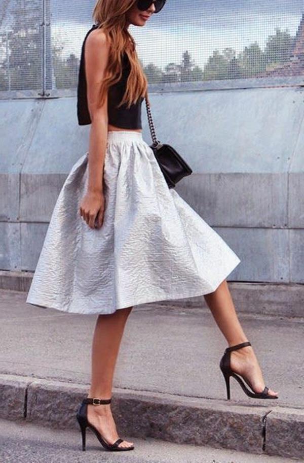 jupe-évasée-jupe-mi-longue-gris-chaussures-a-talons