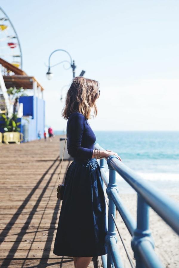 jupe-évasée-jupe-midi-noire-fille-sac-bandoulière-mode-pont-mer