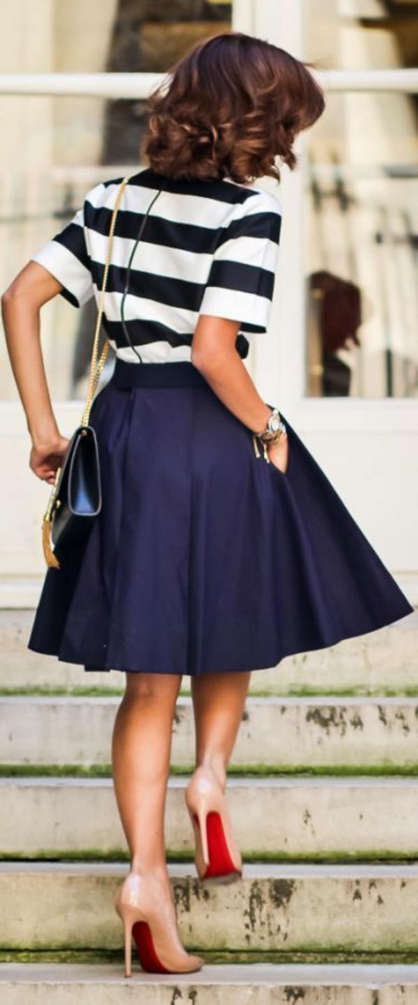 jupe-évasée-jupe-trapèze-noir-shirt-aux-rayures-sac-en-cuir-noir