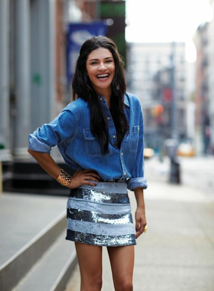 jupe-courte-scintillante-chemise-en-denim-fille-sourire-cheveux-longs