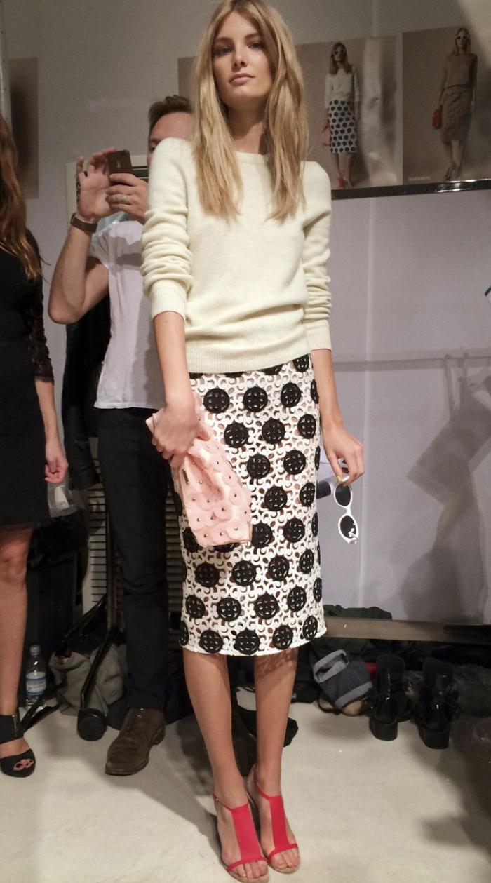 jupe-droite-blanc-noir-femme-moderne-blonde-lunettes-de-soleil