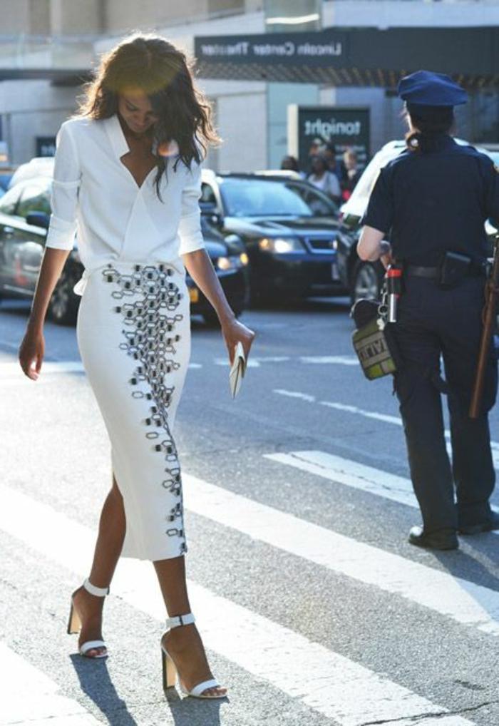 jupe-droite-blanche-femme-marcher-sur-la-rue-talons-hauts-chemise-blanche