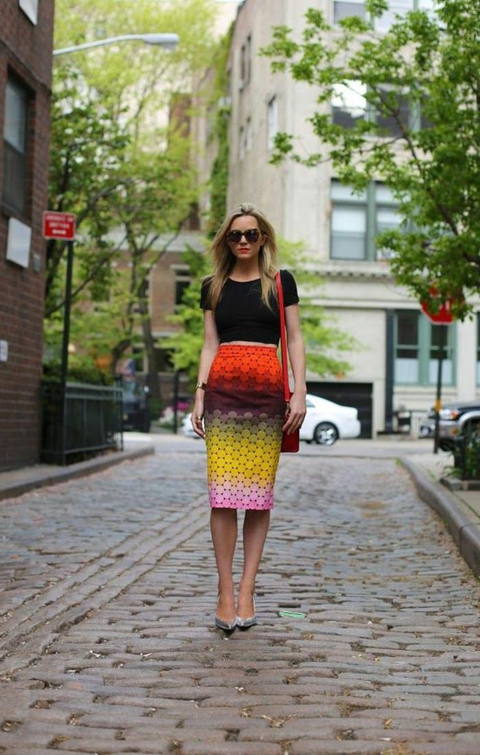 jupe-droite-colorée-lunettes-de-soleil-noir-sac-bandoulière-en-cuir-rouge
