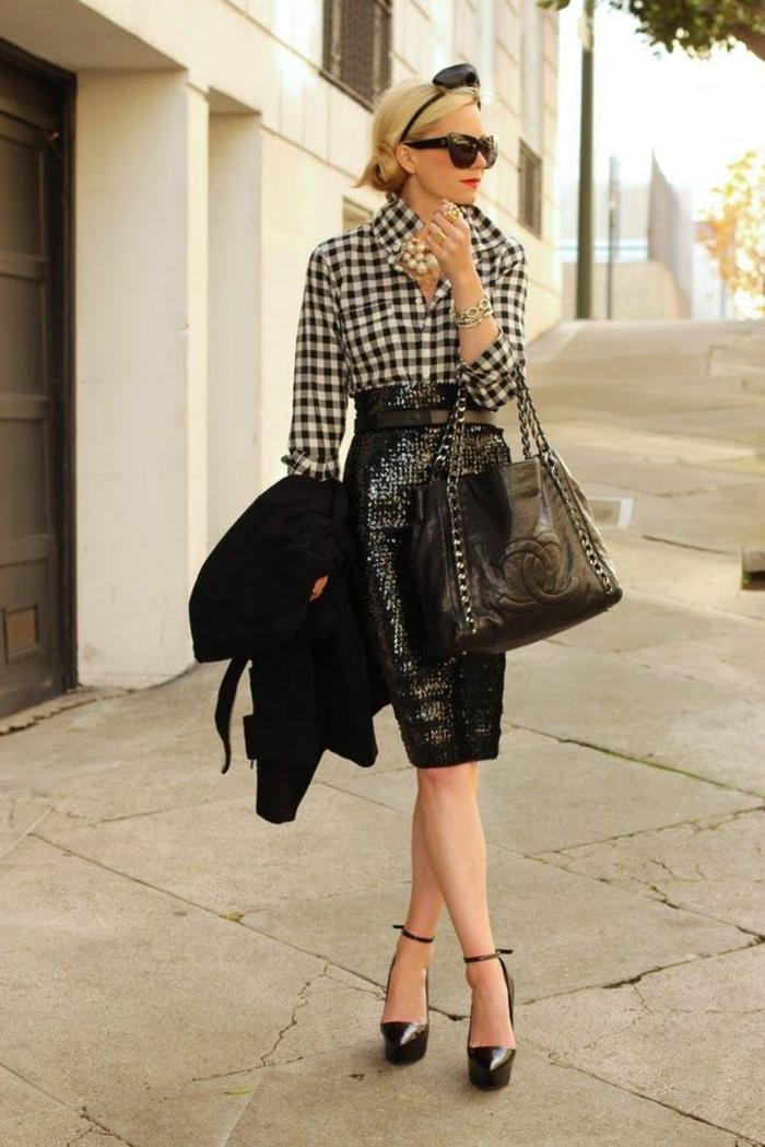 jupe-droite-scintillante-noir-femme-mode-marcher-sur-la-rue-blonde-fille-avec-lunettes-de-soleil
