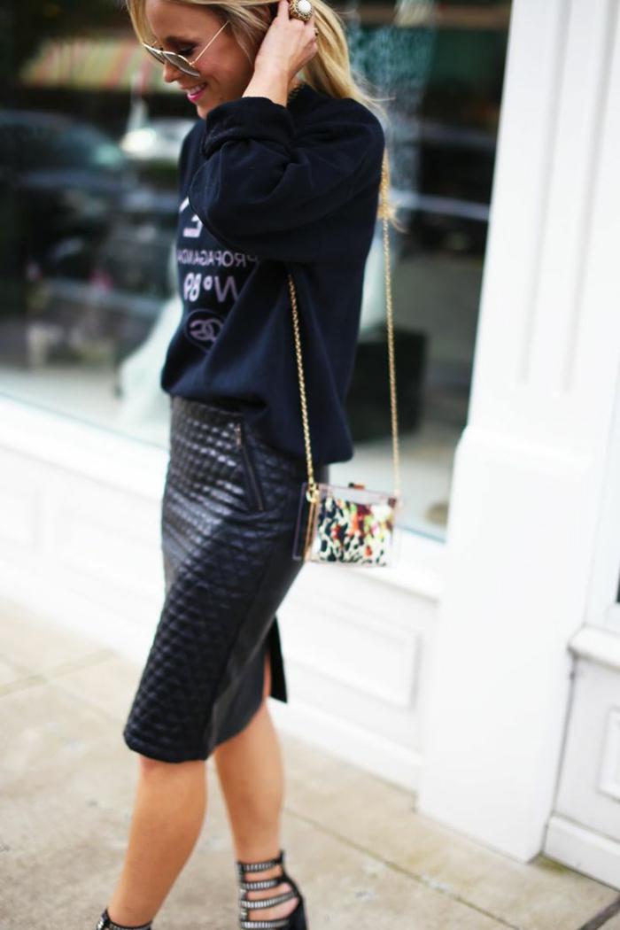 jupe-en-cuir-noir-jupe-mi-longue-jupe-patineuse-en-cuir-noir-femme-blonde-sac-a-main