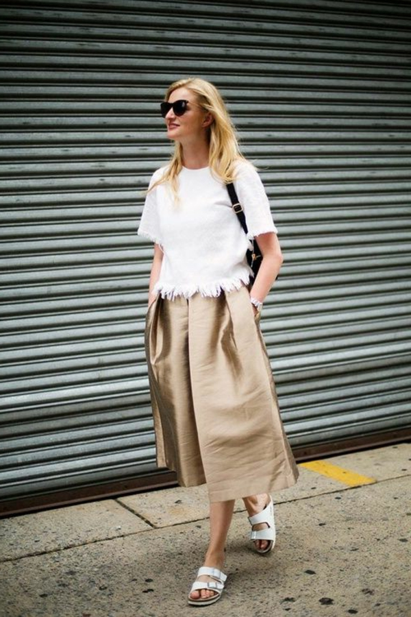 jupe-en-or-longue-femme-marcher-sur-la-rue-lunettes-de-soleil-noirs
