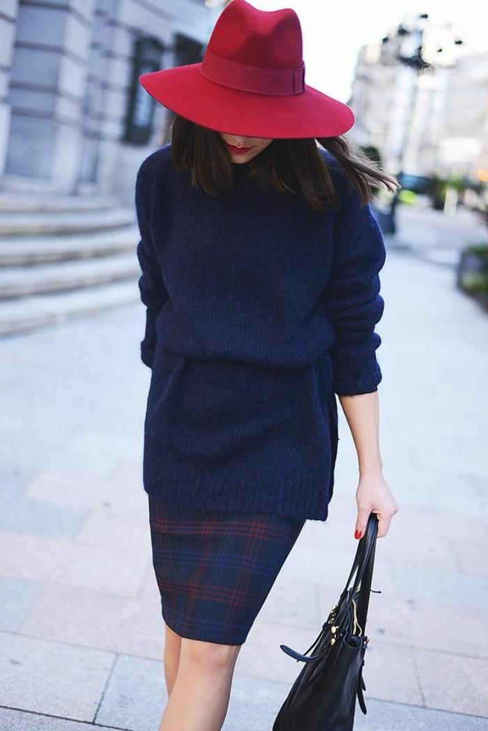 jupe-fourreau-aux-carreaux-femme-mode-chapeau-en-feutre-rouge