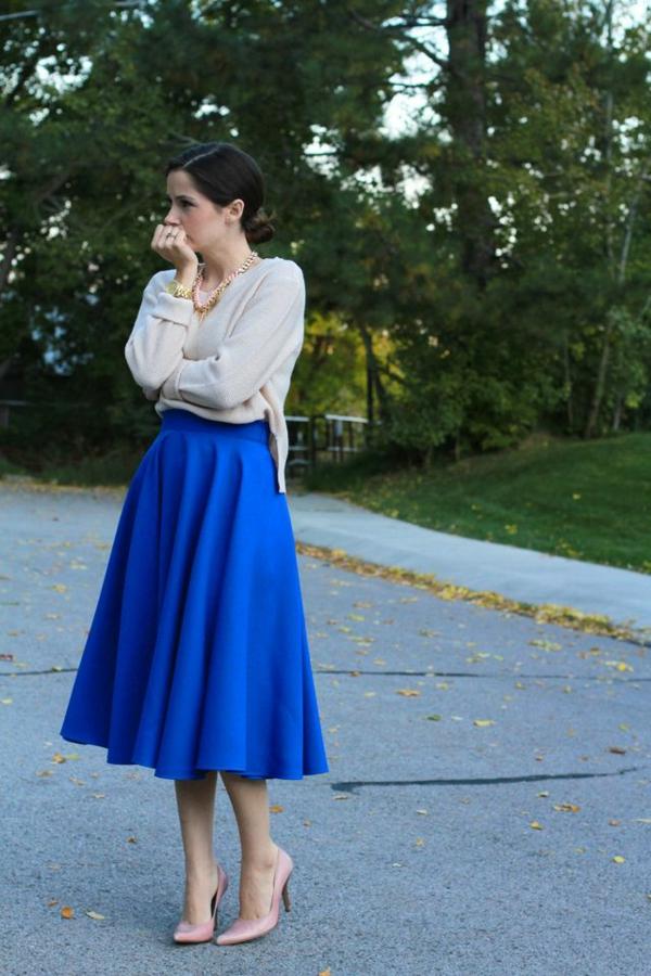 jupe-mi-longue-bleue-femme-dans-le-parc-tallons-hauts