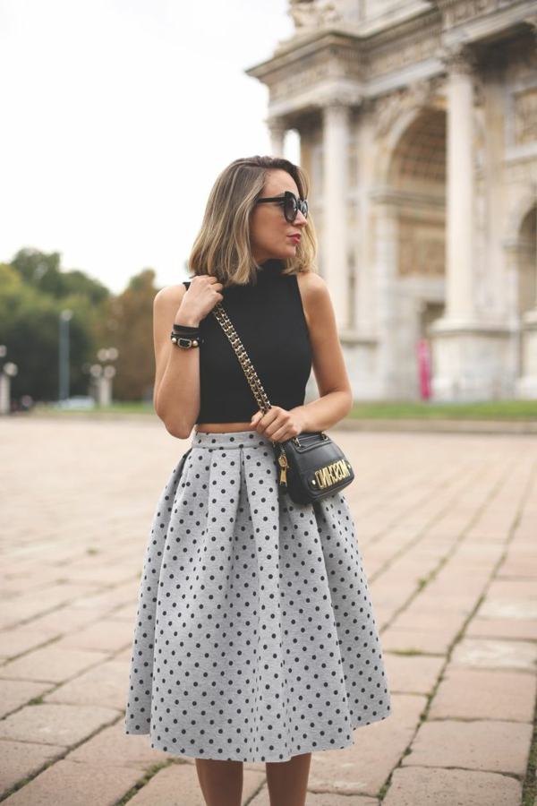 jupe-mi-longue-gris-aux-points-sac-moschino-femme-mode