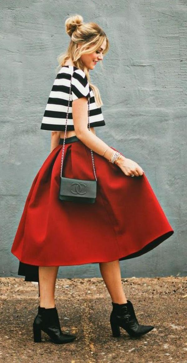 jupe-mi-longue-rouge-fille-blnac-noir-rouge-sac-bandoulière-chanel