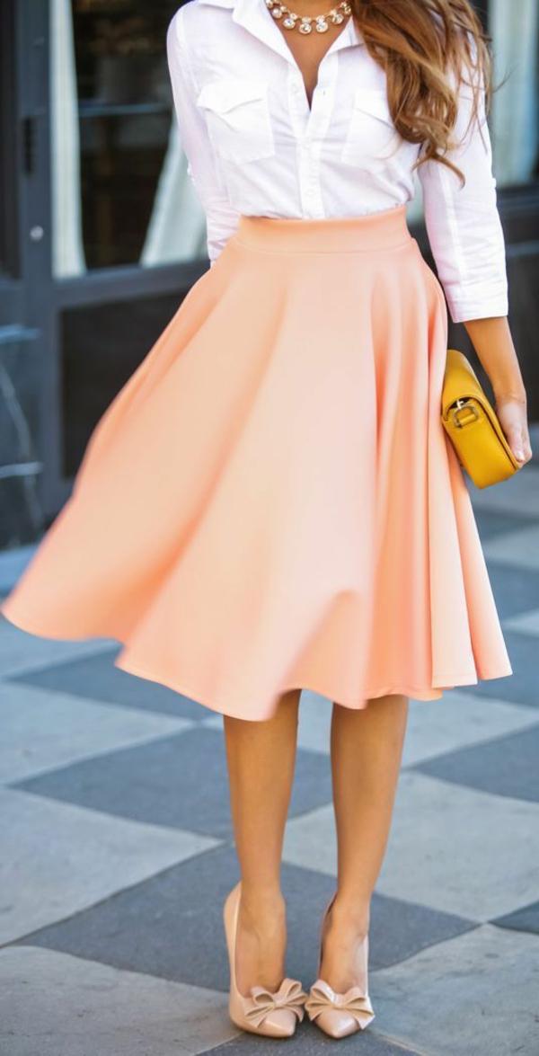jupe-midi-longue-rose-femme-chemise-blanche-sac-jaune-bijou