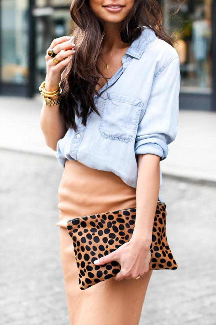 jupe-patineuse-beige-sac-a-main-petit-chemise-en-denim-femme-moderne-bijoux