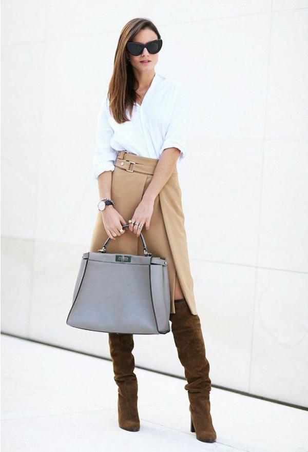 jupe-portefeuille-beige-à-haute-taille-et-une-chemise-blanche