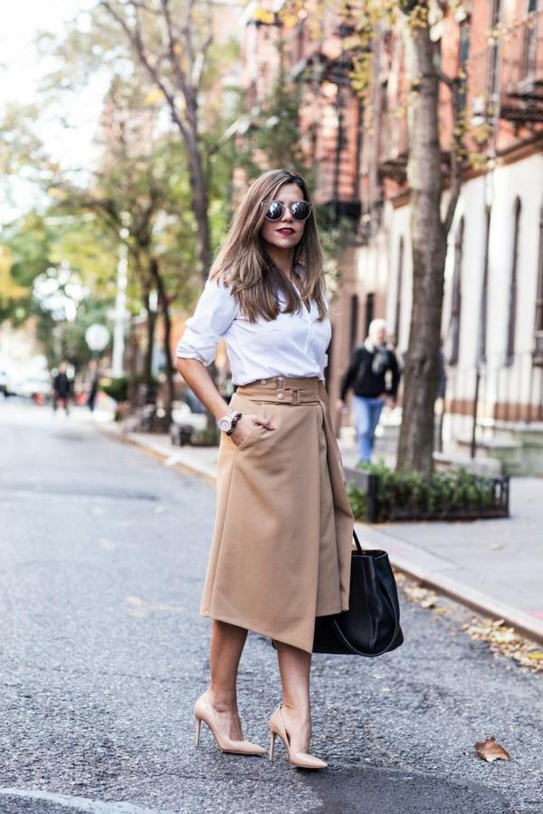 jupe-portefeuille-beige-et-escarpins-beiges