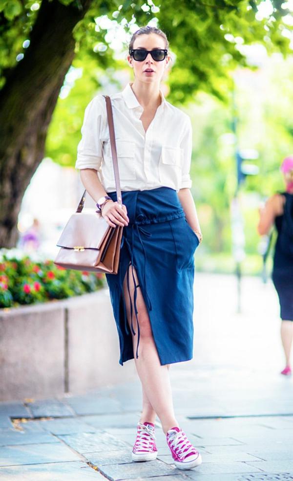 jupe-portefeuille-bleue-combinée-avec-des-sneakers
